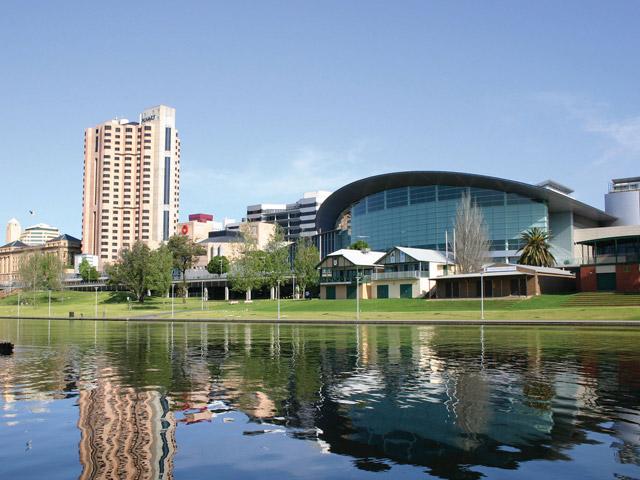 Аделаида (Adelaide) – известный крупный порт, который расположен в заливе Сент-Винсент. Это сравнительно молодой, но достаточно большой город с населением более 1 млн человек. Чудесный климат, отличные условия для активного отдыха привлекают сюда туристов со всего мира.