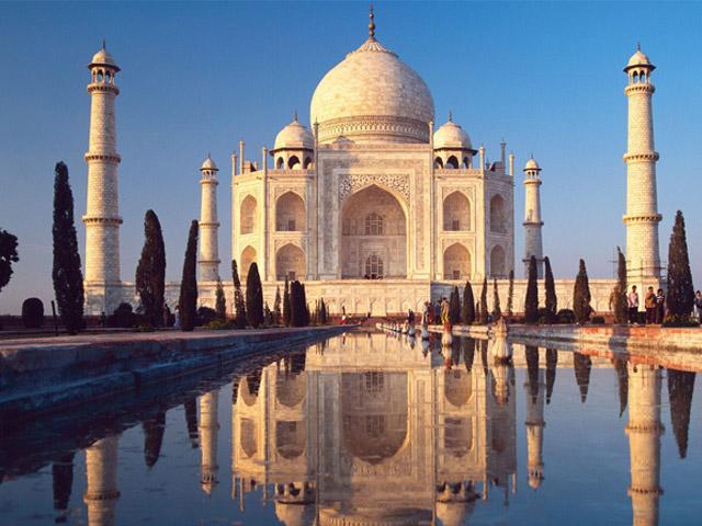 Индийский город Агра (Agra) считается одним из великолепнейших городов мира. Именно здесь находится знаменитый Тадж-Махал, мавзолей-мечеть, построенный императором Великих Моголов Шах-Джананом в память о любимой жене, которая умерла при родах. Тысячи людей приезжают в Агру ежегодно, чтобы полюбоваться на это чудо света.