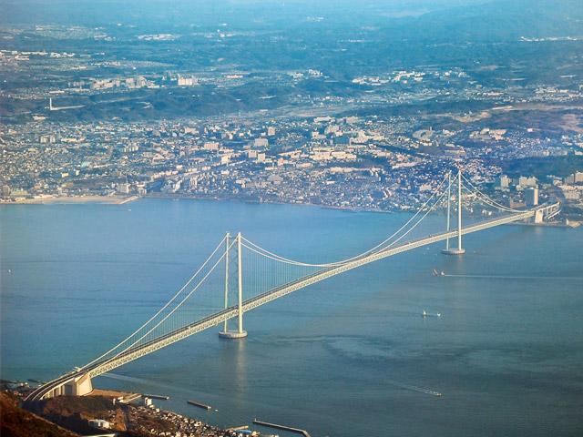 Японский город-порт Акаси (Akashi) расположен на острове Хонсю. В мире он известен своим мостом-самураем, который соединяет берега пролива. Многие туристы приезжают сюда, чтобы увидеть это инженерное чудо, способное выдержать даже сильные землетрясения. Также Акаси является популярным курортом среди местного населения.