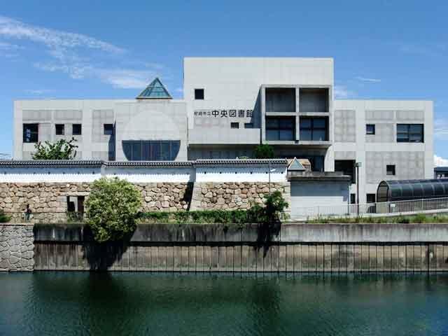 Город характеризуется разнообразием достопримечательностей, главным из которых считается мемориальный комплекс, возведенный в память об известном японском драматурге. Также посетителям этого города выпадет возможность испробовать изыски японской кухни и ознакомиться с культурой этой замечательной страны.