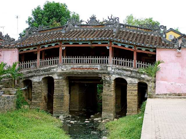 Поражают воображение и храмы, возведенные в более поздние периоды, знаменитые своими барельефами. Чтобы полюбоваться данными культурными достояниями и стать свидетелем зарождения далеких эпох, сюда съезжаются туристы со всех уголков света.