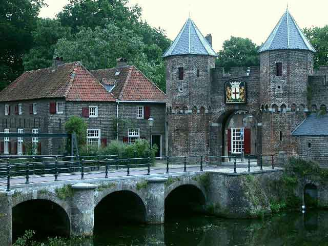 В Амерсфорте чудесная архитектура, во многом напоминающая средневековые традиции. Главным достоянием города являются мощные  красные кирпичные ворота. Подобных в Голландии очень мало. Кроме того, туристов сюда привлекают сохранившийся с давних времен участок стены города с башнями.