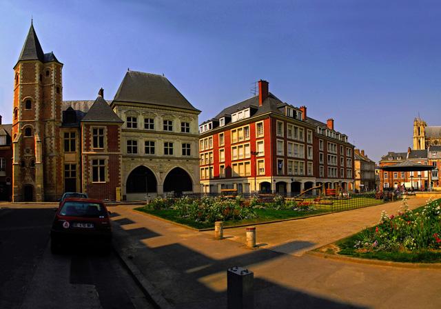 Город расположен на реке Сомма. В ходе преобразования Франции в крепкое государство, Амьен (Amiens) был главным городом среди городов, соединяющих Альпы и Средиземное море с Северным морем. Таким образом, Амьен выполнял огромную роль в политических и военных конфликтах Франции. В 1918 году Амьенская операция  послужила переломным моментом в войне с фашистской  Германии. Сейчас в городе проживает около 136 тыс. человек. В Амьене преобладает химическая, машиностроительная и легкая промышленность.