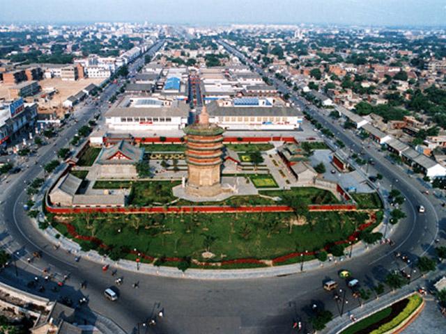 Город Аньян (Anyang) располагается в центральной части Китая на реке Хуаннылуй, а не далеко от него возвышаются горы Тайханшань. Численность местных жителей составляет 759 тысяч человек. Этот город – крупный транспортный центр. Кроме того он славится своей пищевой и текстильной промышленностью.