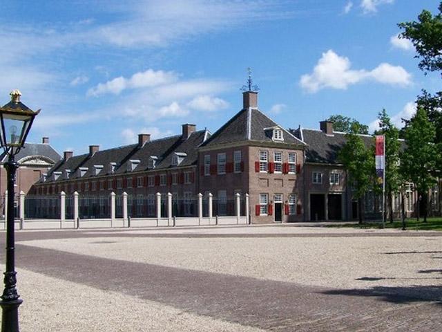 Нидерландский город Апелдорн (Apeldoorn) назван в честь бога красоты Аполлона. Расположен он северной стороне леса Велюве, где средневековая знать любила охотиться. Этот город по праву носит звание «королевский», так как здесь построен Летний королевский дворец.