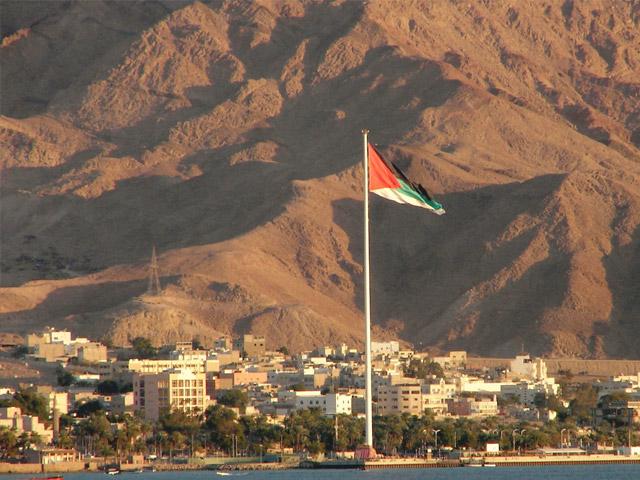 Акаба (Aqaba) – город-порт в Иордании, в котором гармонично сочетается ласковое море, яркое солнце, атмосфера экзотики и старины. Кристально чистая вода залива, изумрудная зелень пальмовых листьев, горы и прохладный бриз влекут к себе с каждым годом все больше туристов.
