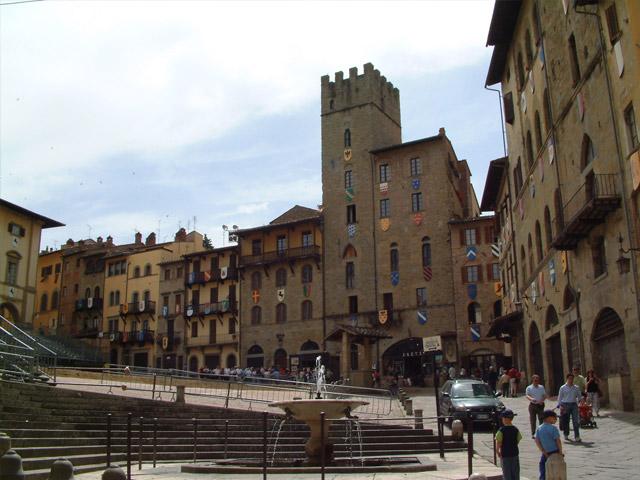 В 4 веке до нашей эры этруски основали город и назвали его Арретиум.  Современный Ареццо (Arezzo) не очень известен на популярных туристических маршрутах, но тем будет привлекательней для тех, кто любит путешествовать самостоятельно. Это совершенно очаровательный город, красоту которого по достоинству оценили кинематографисты.