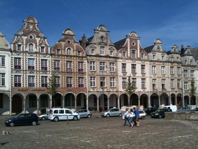 Аррас (Arras) хранит много тайн, доставшихся ему от ушедших поколений. Сегодня это современный город, а в былые времена здесь встречались представители враждующих сторон времен Столетней войны, шли дуэли на шпагах из-за прекрасных дам, а в 15 веке полыхали костры инквизиции, организовавшей Аракскую охоту на ведьм.