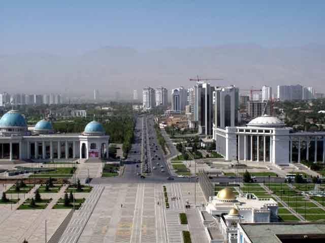 . Ашхабад по праву носит звание «среднеазиатская жемчужина», так как практически все дома, мечети и тротуары обложены сверкающим мрамором. Современный Ашхабад-сити, являющийся деловым центром столицы, по красоте не уступает мировым мегаполисам.