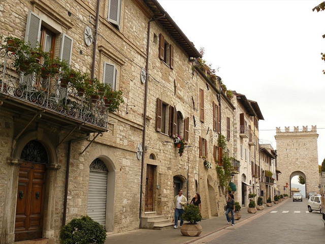 Ассизи (Assisi) – это духовная столица Умбрии. Городок сам по себе очень миниатюрный и аккуратный. Может создаться такое ощущение, что он не спеша поднялся к вершине не очень высокого, но достаточно крутого холма и решил остаться там,  в тишине и спокойствии.