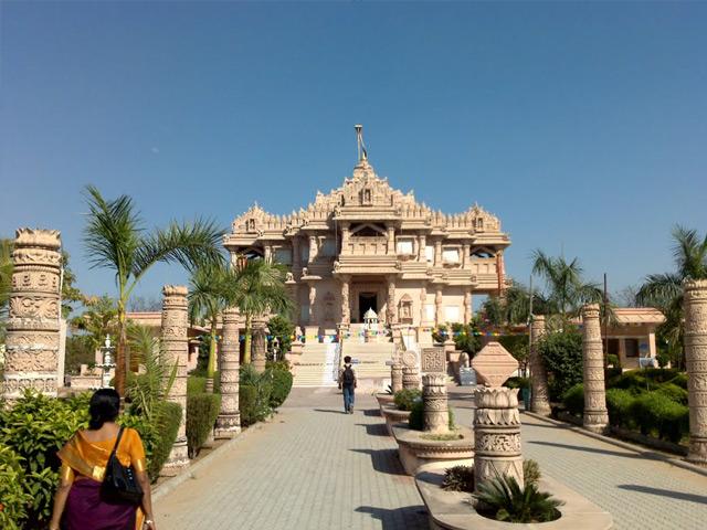 Гандинагар (Gandhinagar) – столица западного индийского штата Гуджарат, расположенная на реке Сабармати. Был основан в 1964 году. Свое название город получил в честь Махатмы Ганди. Он состоит из 30 административных округов, с населением около 200 тысяч человек.