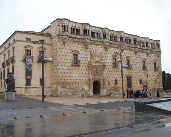 Знаменит город церквями в стиле барокко, относящимися к испанской колониальной архитектуре. Самые известные – церковь Сан-Франциско и Санта Моника