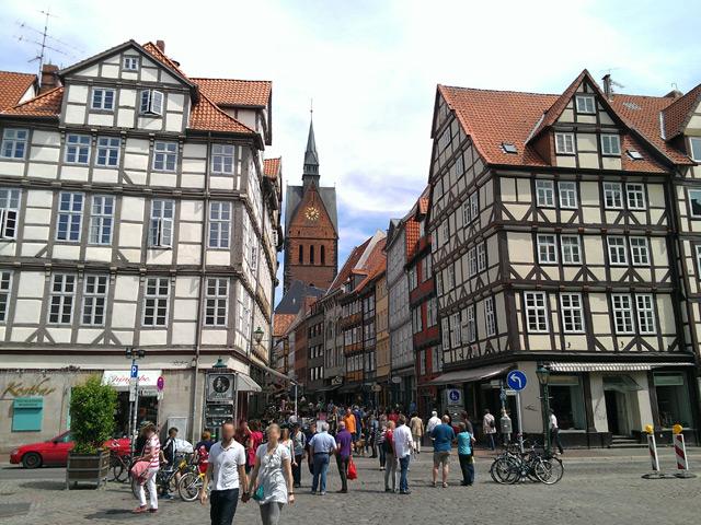 Ганновер (Hannover) – столица Нижней Саксонии. Первое упоминание о нем относится к 1150 году. Название города переводится «на высоком берегу» и он сам напоминает лошадь, вставшую на дыбы, на берегу реки Лайн.