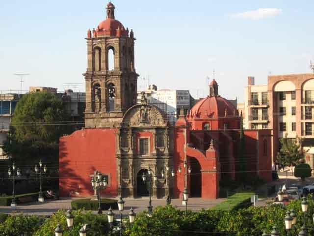 Ирапуато, как и вся Мексика, известная родина клубники. Здесь она очень вкусная и дешевая. Вы сможете попробовать клубнику со сливками, в шоколаде, также мороженую или свежую. Город восхитит уютом и простотой.