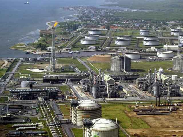 Город располагается на реке Кадуна и выступает центром торговли и перевалочным пунктом для соседних районов, так как в городе находятся автомобильные и железнодорожные узлы.