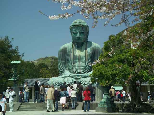 Камакура выступает городом-музеем, и, что очень примечательно, центром паломничества туристов и буддистов. Среди множества достопримечательностей, которые посещают толпы туристов, выделяется громадная статуя бронзового  Будды, которая была отлита еще в 13 веке.