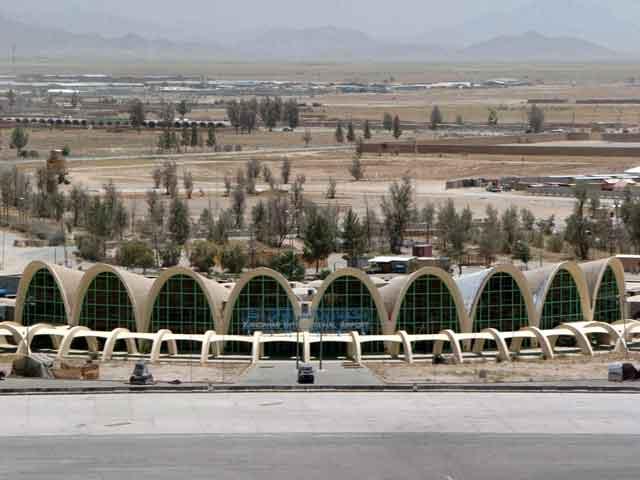 В самом центре находится площадь четырех рынков, к которой ведут четыре торговые улицы. К северу от города находится 8-угольный мавзолей, где похоронен Ахмад-Шах Дуррани. Это впечатляющее сооружение является и самым красивым в городе. За ним построено святилище, в котором хранится накидка пророка Мухаммеда, подаренная эмиром Бухары в 1768г.