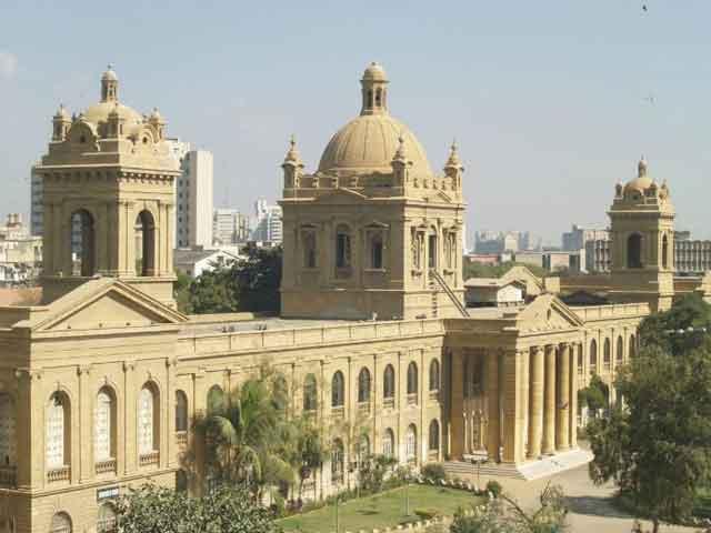 Город славится как курорт: его район Клиффтон застроен шикарными отелями для богатых туристов. Интересен район Саддар, где много шумных базарчиков, недорогих ресторанов, где очень вкусно готовят. В Карачи также находится знаменитый зоопарк.