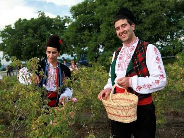 В городе Казанлык проживает порядка шестьдесяти тысяч человек. К основным отраслям производства относятся: пищевкусовая и текстильная промышленность, машиностроение.
