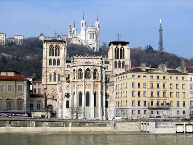 """Здесь пышные каштановые аллеи и величавый памятник Людовика XIV. Своеобразной """"изюминкой""""  города является башня Фурвьер.  Высотой почти 86 метров,  она в точности повторяет третий этаж Эйфелевой башни."""
