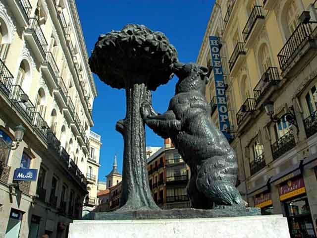 Посещая Мадрид, обязательно следует заглянуть в музей Прадо, чтобы насладиться полотнами Гойи, Ботичелли, Эль Греко, Рубенса. В Королевском дворце можно бесконечно любоваться «фарфоровой» и «шелковой» комнатами.