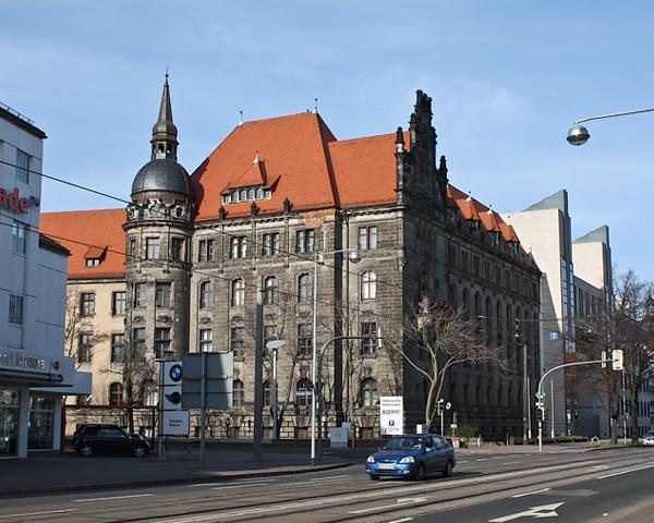 Magdeburg расположен на Эльбе и является столицей новых земель Германии. Впервые город Магдебург был упомянут в восемьсот пятом году, в документах Карла Великого.