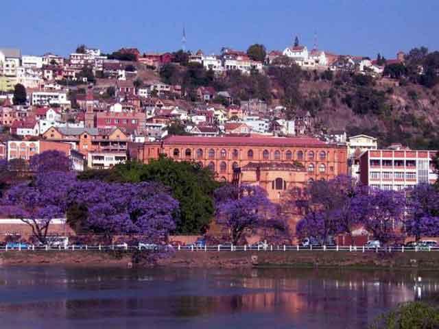 Здесь развита промышленность. Хорошо работают цементные предприятия. Также можно выделить пищевую и текстильную отрасли промышленности. В городе есть филиал Мадагаскарского университета и аэропорт. Город привлекает много туристов благодаря прекрасным пейзажам и разнообразной растительности.