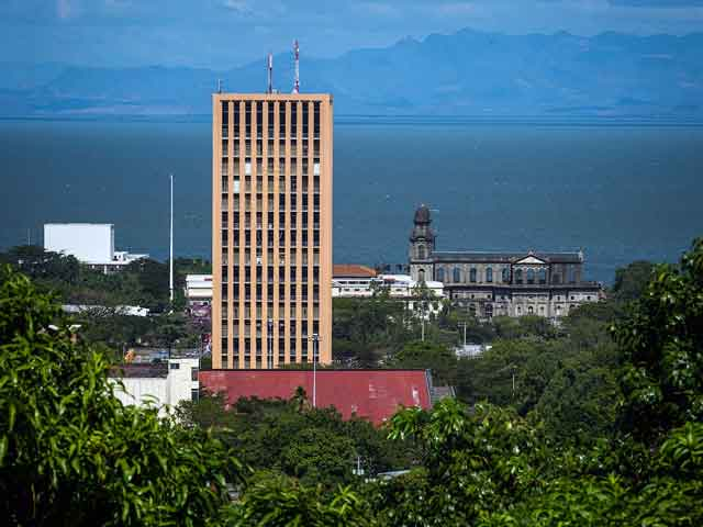В городе расположен аэропорт международного значения. Манагуа находится на Панамериканском шоссе, а потому является транспортным узлом. В городе есть свои архитектурные достопримечательности.