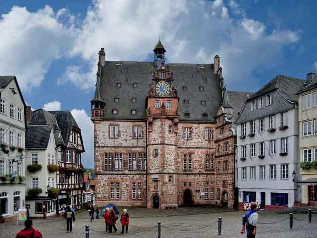 Город Марбург (Marburg An Der Lahn) находится в Германии. Этот город относится к земле Гессен. В Марбурге проживает более 70 тысяч человек. Город прославился благодаря университету, который был основан в начале 16 века.
