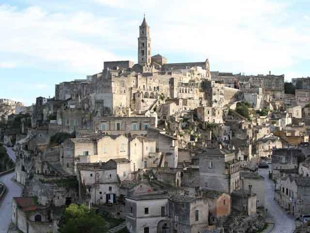 В городе много красивых памятников архитектурного искусства, построенных в 13-18 веках. Также здесь находится палеонтологический музей. Самое удивительное, что старый город был выдолблен в скале. Здесь снимались фильмы, рассказывающие о христианстве.