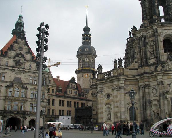 Прогулку по городу лучше начать с возвышающейся над ним горы. На горе турист может насладиться видом любимого Собора великого Гете, замком Альбрехтсбург и Епископской башней.