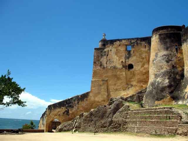 . В городе расположена старейшая крепость Форт Иисуса, около 20 мечетей, самая старая из которых была построена в 16 веке. Обязательно посетите ботанические сады, в которых собраны самые уникальные растения Африки.