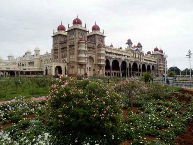 В южной Индии есть небольшой по местным меркам город Майсур (Mysore). Знаменит он тем, что в 9 в. здесь существовал монастырь, созданный Шанкарой, реформатором индуизма. Пришлось ему побывать и столицей правителя Типу Султана.