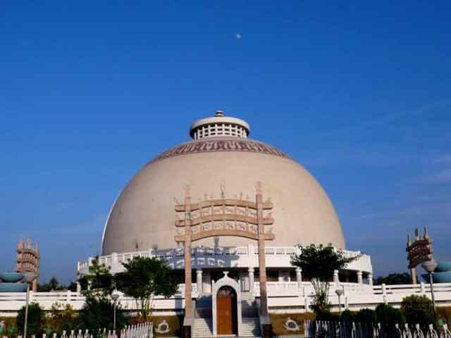 Есть в городе и памятник архитектуры и истории. Это форт Ситабалди, где сейчас находится мемориал посвященный индийцам, боровшимся за свою независимость.