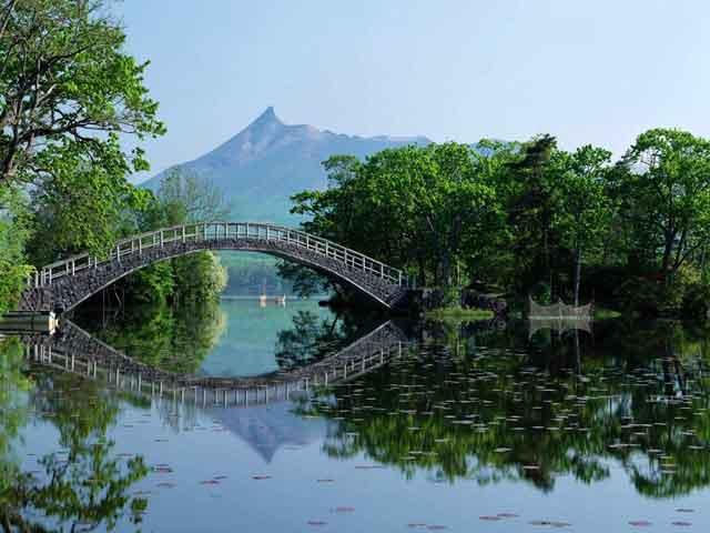 Город Наха (Naha) расположенный на юге острова Окинава привлекает к себе туристов, которые могут здесь получить полноценный отдых. Нет, наверное, лучше места стране, где можно было бы провести свой отпуск, загорая на белоснежных пляжах и купаясь в теплом море.