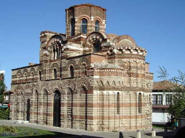 В городе сохранились замечательные памятники истории: разрушенные стены римских и средневековых крепостей, старинные византийские церкви, великолепные дома эпохи Возрождения.