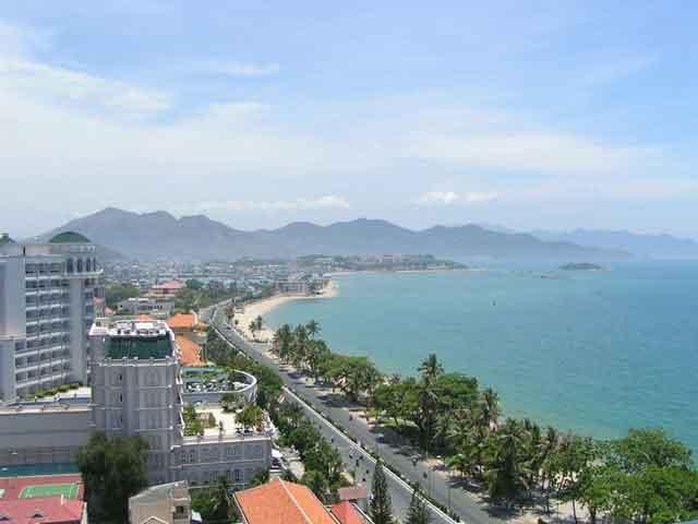 Нячанг является центром сельскохозяйственного района, здесь развита торговля и рыбная ловля. В городе есть два вуза – океанографический и Пастеровский. Благодаря расположению у берега моря этот город является курортом.