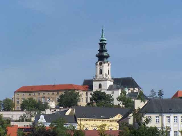 Нитру считают колыбелью христианства в Словакии, так как здесь был построен первый храм. Центром Верхнего града считается Замок Нитры, сохранившийся с 11 века. В наше время это центр духовной культуры Словакии. На его территории расположились кафедральный собор и резиденция епископа.