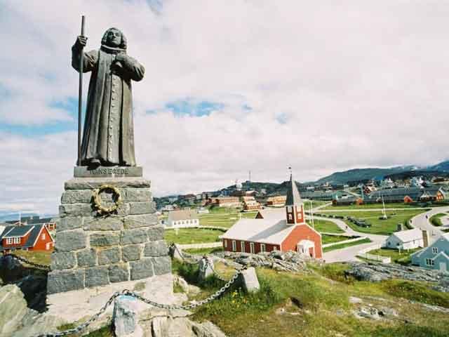 Здесь занимаются рыбной ловлей и дальнейшей переработкой рыбы. В Нууке есть церковь, в которой расположились архив и университет. В этом городе проходили Зимние арктические игры. Город привлекает немало туристов.