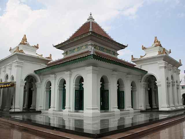В городе хорошо сохранились постройки, оставшиеся еще со времён голландской колонизации. Напоминанием о тех годах являются древние остатки крепости построенной в 1780 году. Практически все здания в Палембанге стоят на сваях. Заслуживает внимания мечеть Агунг 1740 года постройки.