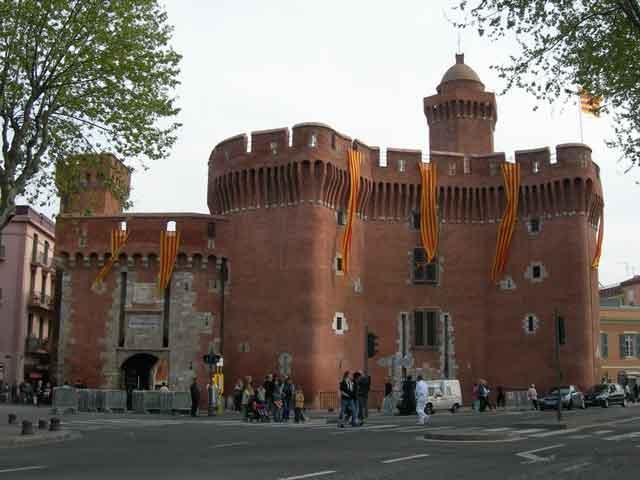 Перпиньян (Perpignan) – столица французских Восточных Пиренеев. Располагается недалеко от побережья Средиземного моря. Впервые город упоминается в 927 году. В средние века он был обращен в крепость. Главная достопримечательность Перпиньяна – небольшой форт Le Castillet, возведенный в 1368 году. В настоящее время используется в качестве музея.