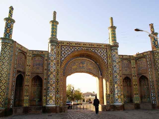 . В Казвине вовсю развивается кустарное изготовление ковров. Город носит статус важного центра производства текстиля – шелка, хлопка, кожи на северо-западе Ирана.