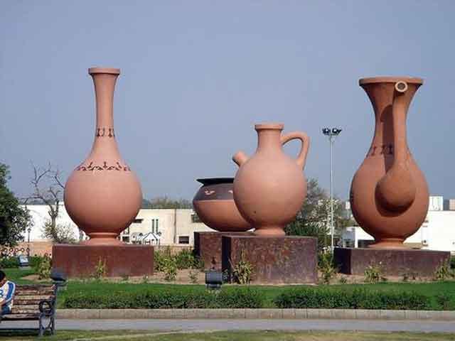 В Равалпинди  часть населения занимается разнообразными ремеслами. Согласно конституции 1962 года город являлся временной столицей Пакистана, в то время, пока строился Исламабад. БлизРядом с Равалпинди располагаются руины старой столицы Кушанского царства.