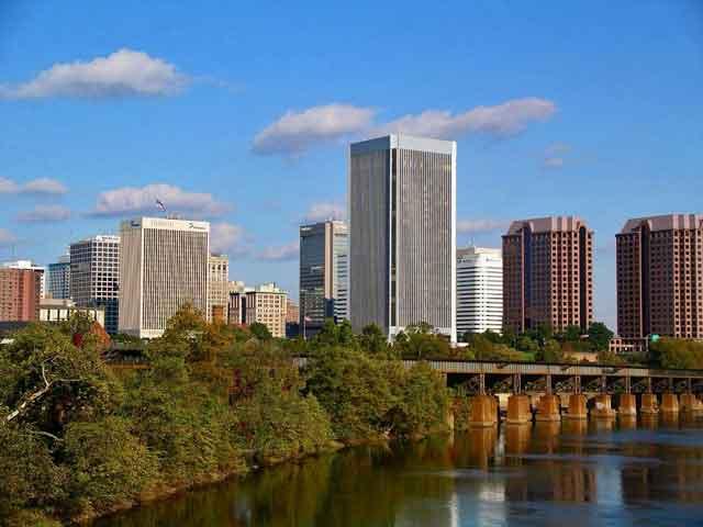 Ричмонд, был образован немного позже, а именно -  в 1730. При этом некоторое время он являлся фортом, а статус города ему дали в 1782. Во время Гражданской войны в Соединенных Штатах Америки выступал в качестве центра южных рабовладельческих государств.