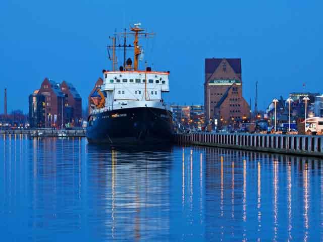 Город-порт Балтийского моря Росток (Rostock)  находится в Германии, на земле Мекленбург, что в Передней Померании. Город имеет связь при помощи железнодорожного узла с городами Штральзундом и Висмаром. В Ростоке проживает двести сорок четыре тысячи человек.