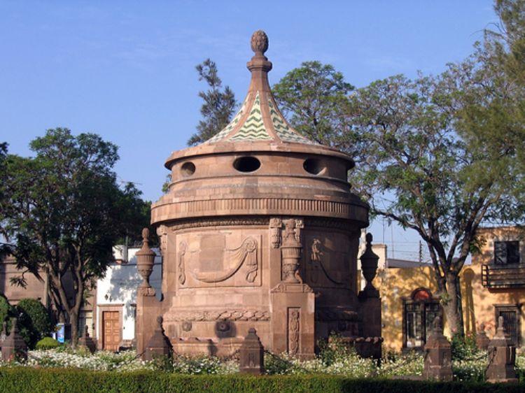 Дворец Паласио-де-Гобиерно (XVIII-XIX) знаменит тем, что являлся резиденцией для национального героя и президента Мексики Бенито Хуареса. Особое внимание праздной публики привлекает, бесспорно, Fiesta de Luz – световое шоу, устраиваемое в Сан-Луис-Потоси в канун Рождества и Пасхи.