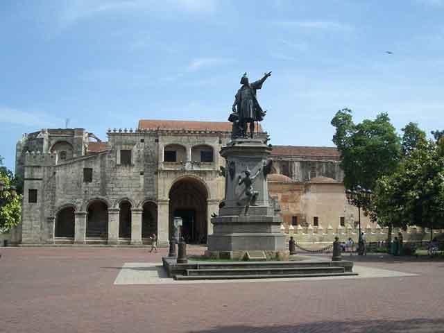 С середины 19 века Санто-Доминго является столицей Доминиканы. Сейчас в городе и пригородах  проживает более 2 млн. человек. Есть аэропорт международного значения. В Санто-Доминго нашли свое развитие пищевая и текстильная отрасли, деревообрабатывающая и кожевенно-обувная отрасли производства.