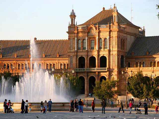 В Севилье изготавливались изумительные ткани, керамические и ювелирные изделия. Христианским город стал в 13 веке и слыл самым знаменитым и богатым городом Испании. Сейчас в Севилье живет чуть меньше 700 тысяч человек. В городе есть свой аэропорт и университет.