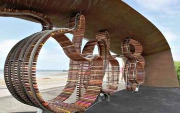 Небольшой городок Литлхэмптон, который считается одним из самых популярных морских курортов на территории Великобритании, теперь может похвастаться еще одной удивительной вещью – самой длинной извилистой и разноцветной скамейкой на территории Англии