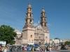 Агуаскальентес (Aguascalientes), город в центре Мексики, основали в 16 ст. испанские конкистадоры. В 18 веке, во времена, когда здесь добывали серебро, город процветал. С тех пор о былом величии остается только вспоминать, благо, до наших дней сохранились здания, построенные во времена колониального периода. Особый интерес представляют дворец губернатора и церковь Гваделупе, выполненные в стиле ультрабарокко.